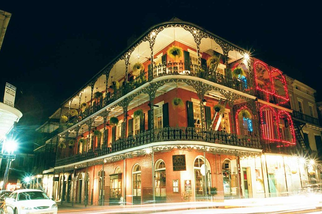 1024px-Elaborate_ironwork_galleries_on_the_corner_of_Royal_and_St._Peter_streets_New_Orleans